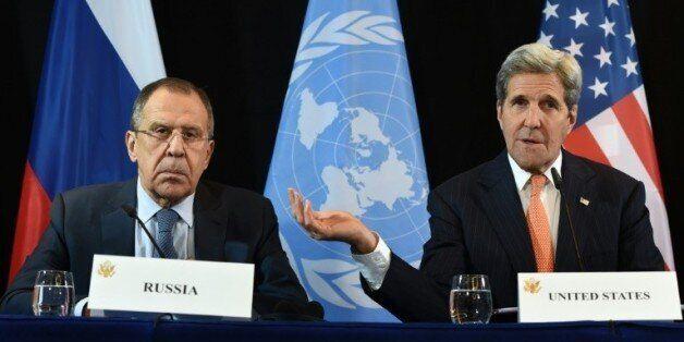 Le chef de la diplomatie américaine John Kerry (d) et son homologue russe Sergueï Lavrov, le 11 février...