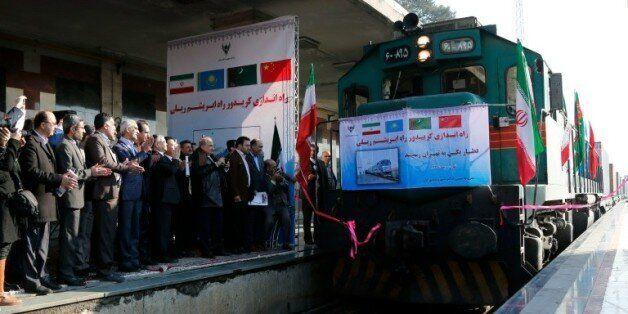 Des responsables iraniens applaudissent, sur le quai de la gare de Téhéran, l'arrivée du premier train...