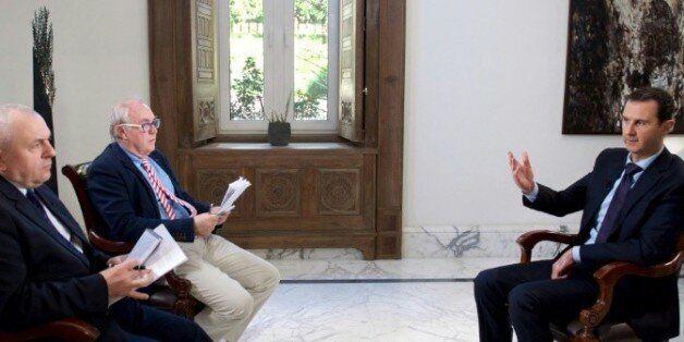 Une photo fournie par le service de presse de la présidence syrienne, montre Bachar al-Assad avec les...