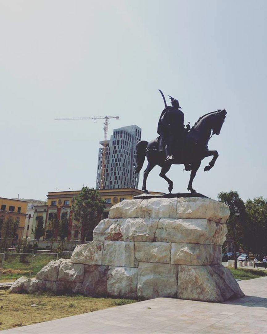 Η κεντρική πλατεία των Τιράνων, πλατεία αφιερωμένη στον Αλβανό ήρωα με το ελληνικό όνομα Σκεντέρμπεη ή Γεώργιο Καστριώτη