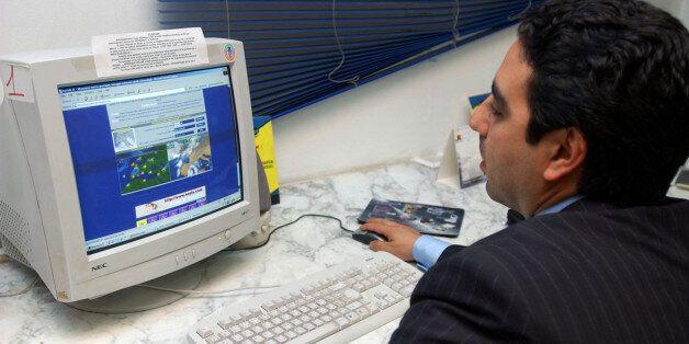 Un Tunisien navigue sur le web dans un Publinet. Crédit : AP Photo/Hassene