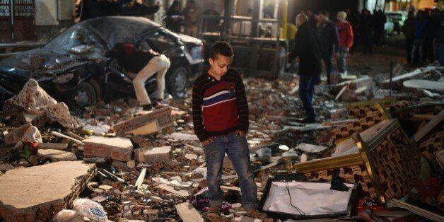 Des gens se tiennent sur les lieux d'une explosion, au Caire le 21 janvier