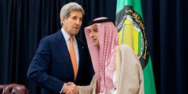 Le ministre des Affaires étrangères saoudien Adel al-Jubeir (D) et le chef de la diplomatie américaine...