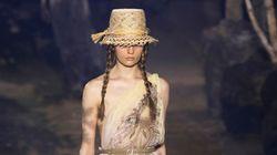 Le modelle di Dior come Greta Thunberg. Sfilano con le trecce su una passerella di 164 alberi