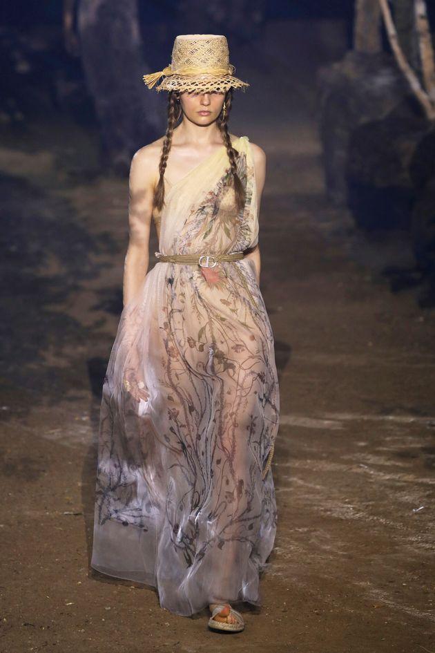 Le modelle di Dior come Greta Thunberg. Sfilano con le trecce su una passerella di alberi