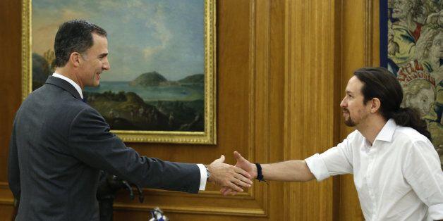 Le roi d'Espagne, Felipe VI (g), et le chef du parti Podemos, Pablo Iglesias, à Madrid le 22 janvier...