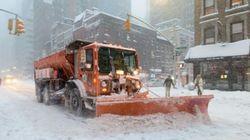 Etats-Unis: après une tempête de neige historique, le déblayage bat son