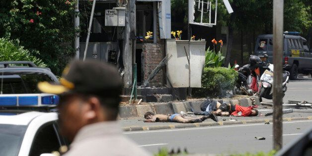 Des corps de victimes près d'un poste de police cible d'un attentat à Jakarta, jeudi 14 janvier