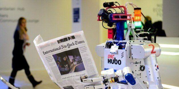Un robot tenant un journal photographié au forum de Davos le 22 janvier