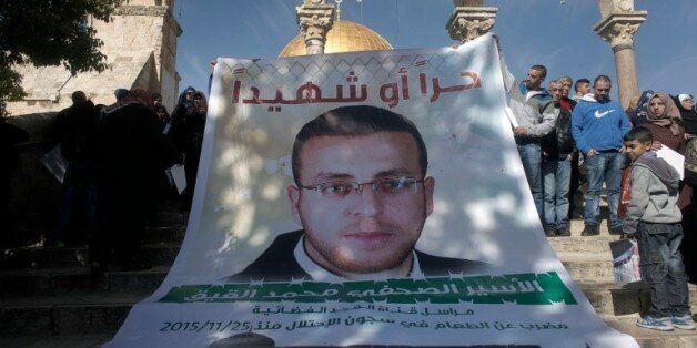 Des Palestiniens manifestent pour la libération du journaliste palestinien Mohammed al-Qiq devant la...