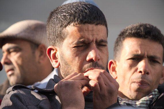 Tunisie - Kasserine: Un manifestant se coud la bouche en signe de