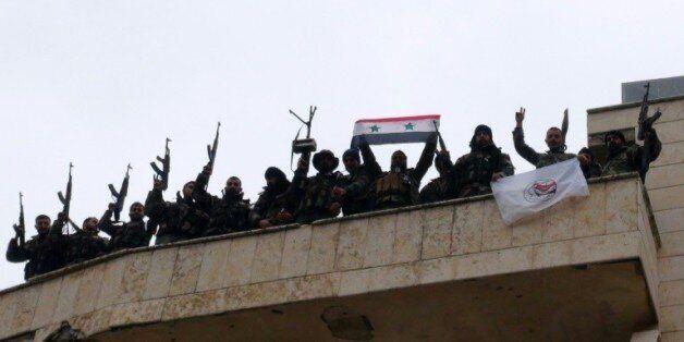 Des soldats prorégime célèbrent la prise de la ville de Salma, dans la province de Lattaquié, le 12 janvier