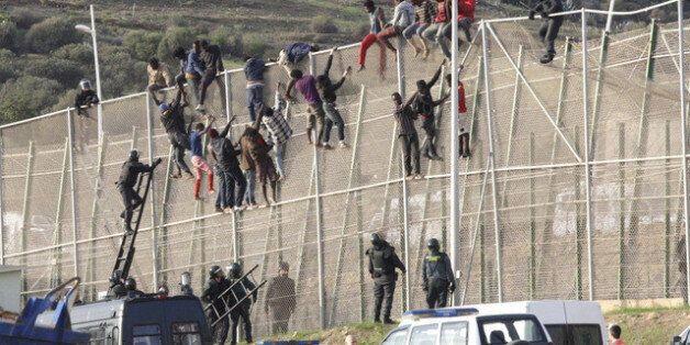 Maroc: Des centaines de migrants prennent d'assaut la frontière à