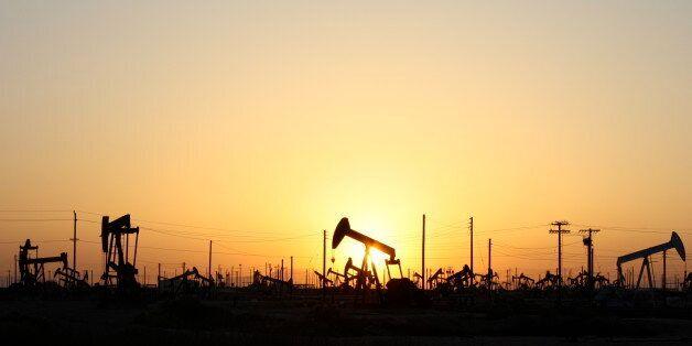 Le pétrole baisse, tombe à un plus bas depuis mai 2004 à