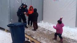 Bataille de boules de neige entre policiers et des enfants