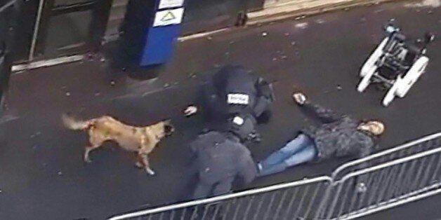 Une capture d'écran d'une vidéo obtenue par l'AFP montre la police et un robot démineur autour du cadavre...