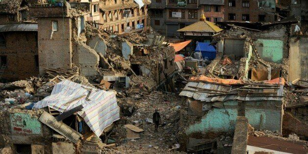 Un Népalais traverse les décombres du tremblement de terre à Katmandou, le 26 mai