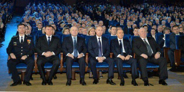Vladimir Poutine (4eG) lors de la Journée des membres des services de sécurité russes (FSB), le 20 décembre...