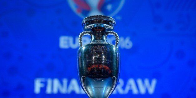 Le trophée de l'Euro-2016 lors du tirage au sort, le 12 décembre 2015 à
