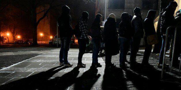 Des migrants font la queue devant une tente d'enregistrement à Berlin, le 5 janvier
