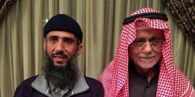 Faez Mohammed Ahmed al-Kandari (g) avec son père, à l'hôpital militaire de Koweit, le 9 janvier 2016,...
