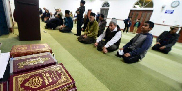 Des mulsumans prient à la mosquée de Chino lors d'une veillée à la mémoire des victimes de la fusillade...