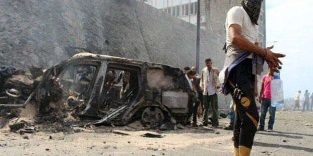 Les décombres du véhicule du gouverneur d'Aden, Jaafar Saad, victime d'un attentat, le 6 décembre 2015...