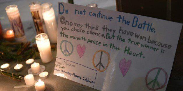 Des messages et des bougies déposés en hommage aux victimes de la fusillade de San Bernardino, le 3 décembre...