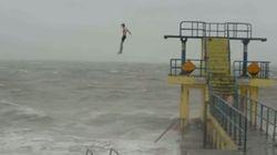 Ils font des plongeons en pleine tempête