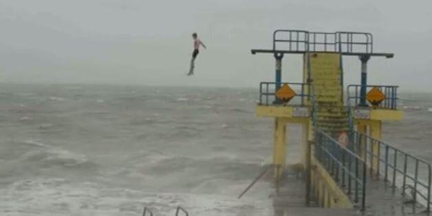 Deux jeunes Irlandais font des plongeons pendant la tempête Desmond