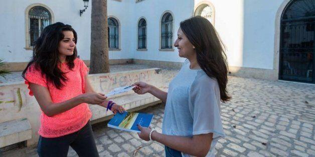 Deux filles s'échangent des livres/