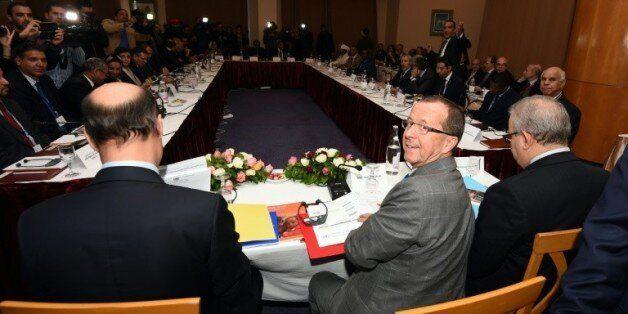 Martin Kobler (c), envoyé de l'ONU pour la Libye, préside le 10 décembre 2015 à Tunis une rencontre entre...