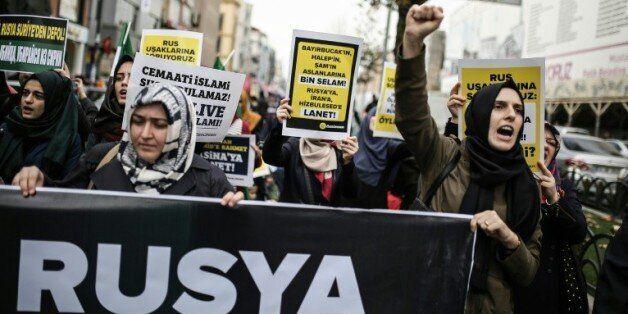 Des manifestants brandissent des pancartes contre la politique russe en Syrie, à Istanbul le 27 novembre