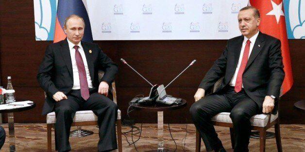 Le président russe Vladimir Poutine (g) et son homologue turc Recep Tayyip Erdogan à Antalya, le 16 novembre