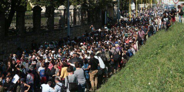 Des centaines de migrants en route vers la Hongrie le 4 septembre 2015 à