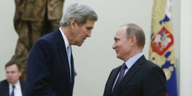 Le secrétaire d'Etat américain John Kerry reçu par le président russe Vladimir Poutine le 15 décembre...