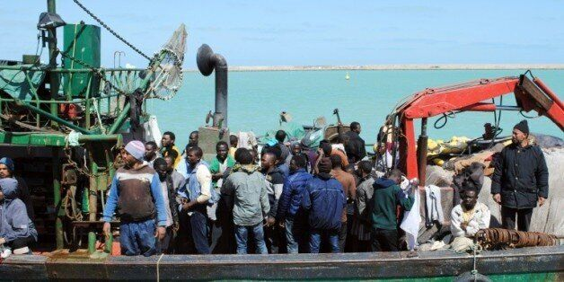 Des migrants africains sur un bateau de fortune en Méditerranée, le 19 mars