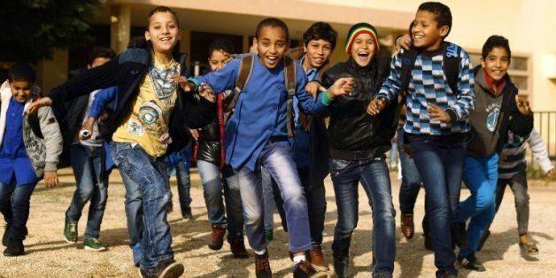 Des élèves jouent dans la cour de l'école Bashayer, à Benghazi le 13 décembre