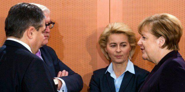 De gauche à droite, le vice-chancelier allemand, le ministre de l'économie Sigmar Gabriel, le ministre...