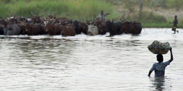Des villageois au bord du lac Tchad le 11 mars