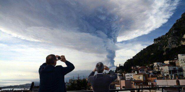 Des badauds prennent des photos de l'Etna en éruption, le 4 décembre 2015 à Taormina en