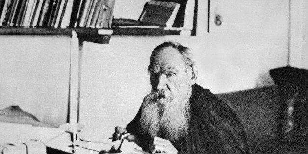 Léon Tolstoï, romancier et auteur dramatique russe, écrit dans son cabinet de travail à Iasnaîa Poliana...