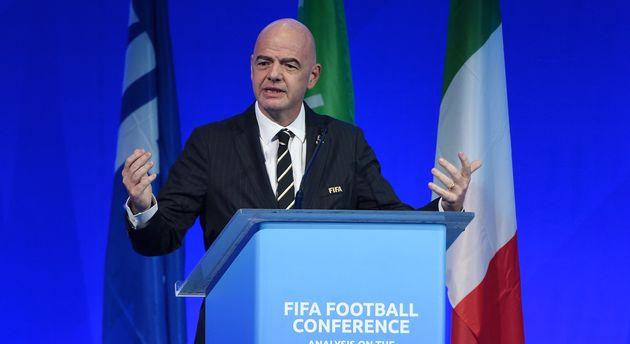 Gianni Infantino, président de la FIFA, prévoit de plafonner les commissions abusives des...