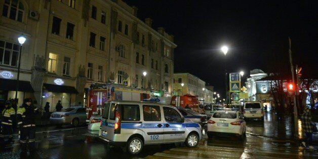 Des pompiers et policiers près d'un arrêt d'autobus où s'est produite une explosion le 7 décembre