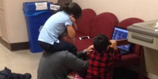 Ce professeur garde les enfants d'une maman pour lui permettre de finir son