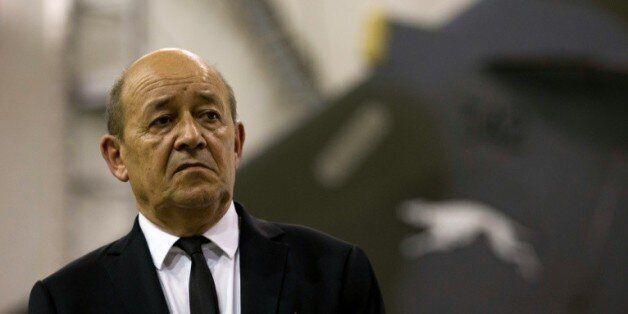 Le ministre français de la Défense Jean-Yves Le Drian, lors d'une visite d'une base militaire en Jordanie...