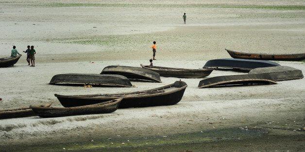 Le réchauffement climatique ferait basculer 100 millions de personnes dans la pauvreté (photo: des enfants...