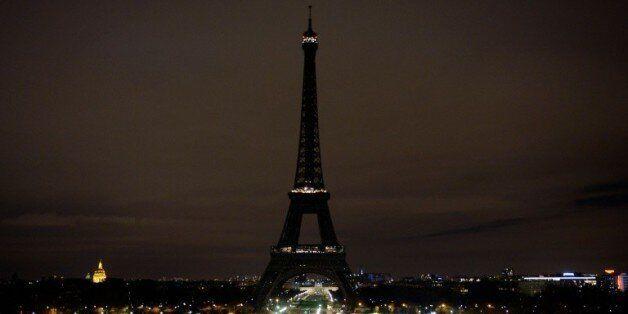 La Tour Eiffel est éteinte en signe de solidarité avec les victimes des attentats à Paris le 14 novembre