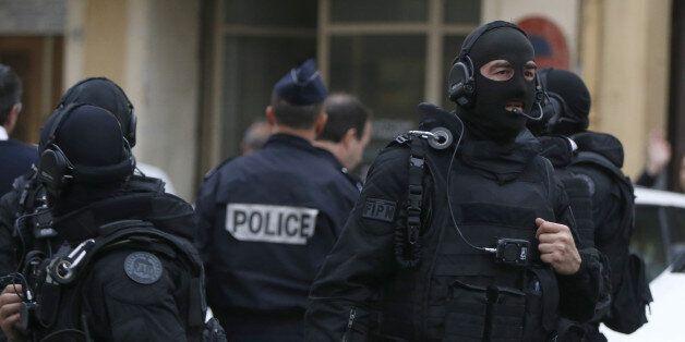 Série de perquisitions anti-terroristes à Bobigny, Toulouse et Grenoble (photo: des policiers du Raid...