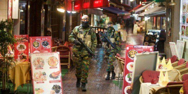 Des soldats belges patrouillent dans une rue de Bruxelles, le 24 novembre